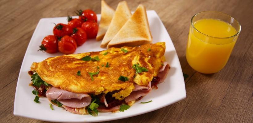 """Gătește cea mai delicioasă Omletă cu șuncă """"La dejun"""" (Video)"""