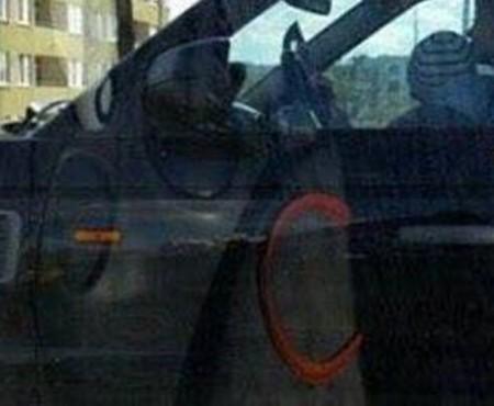 O femeie a fost văzută cum conducea mașina și făcea poze, cu un copil în brațe