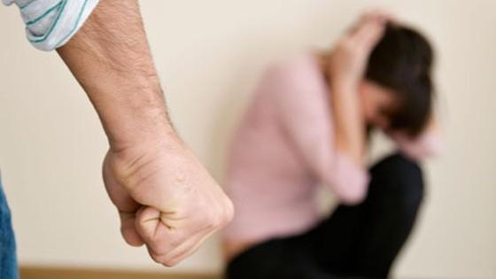 De astăzi, agresorul din familie poate fi scos din casă imediat de poliție, fără decizia judecătorului