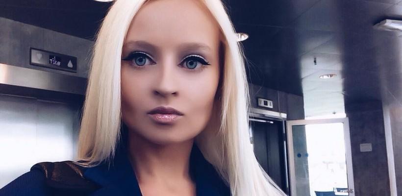 O fată din Novosibirsk, cu exterior ca al Păpușii Barbie, susține că nu a apelat la medicina estetică