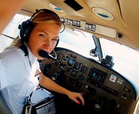 O olandeză de 25 de ani arată internauților ce înseamnă să ai un job în aviație! E pilot de avion