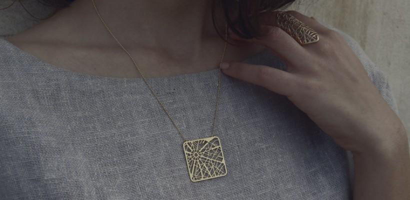 O creatoare de bijuterii transformă hărțile orașelor lumii în inele, broșe și pandantive