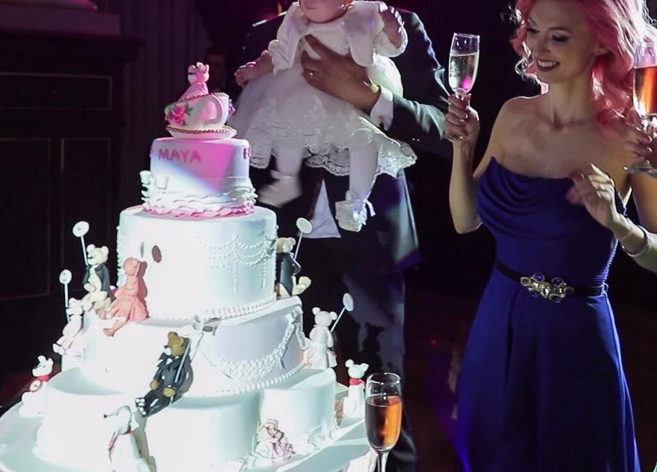 Andreea Balan a botezat-o pe micuța Ella. Poze cu invitații și tortul cu figurine