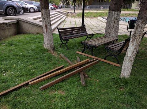 Acum trei zile, băncile din scuarul Cehov au fost vandalizate. Îngrijitorii scuarului colectează donații pentru bănci noi