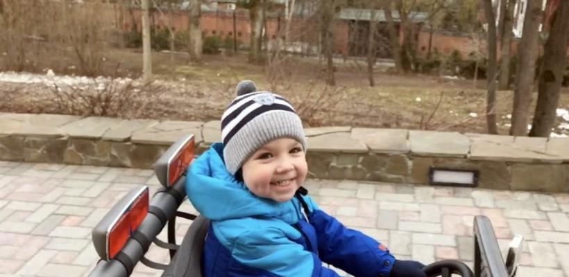 Maksim Galkin îi predă fiului regulile circulației rutiere. Băiețelul e copia tatălui (VIDEO)