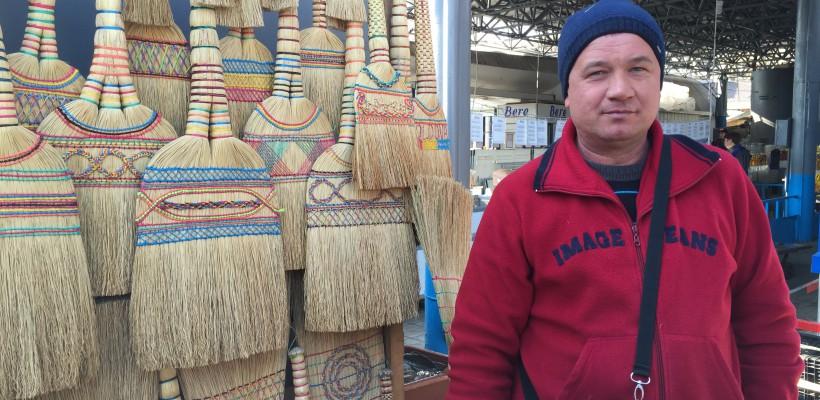 La pescăria din piața centrală fură toate privirile măturile confecționate și decorate de un cuplu din Briceni