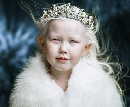 O fetiță de numai 8 ani, din Siberia, a devenit model pe neprins de veste și cucerește internauții