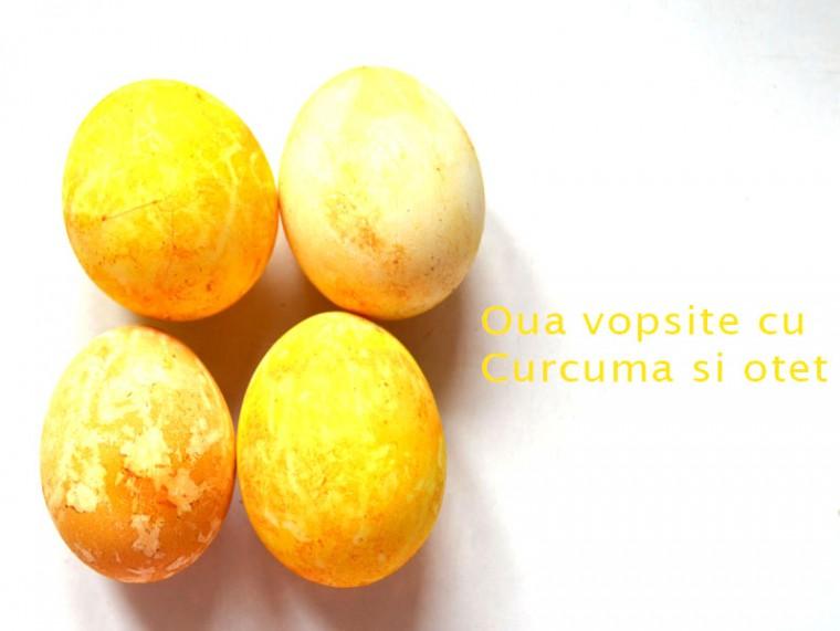 oua-vopsite-cu-curcuma-si-otet-760x571
