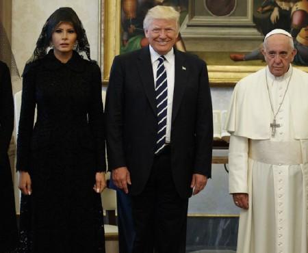 """""""Văduva neagră"""" – așa au supranumit internauții outfit-ul Primei Doamne a SUA, după sosirea la Vatican"""