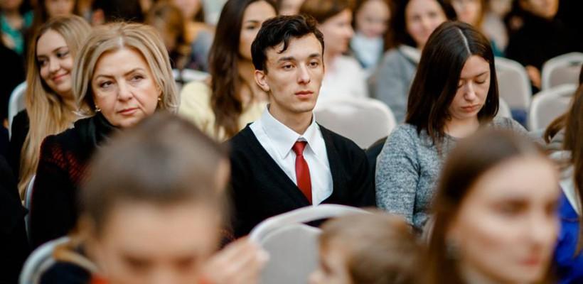 """A așezat cuvântul """"femeie"""" lângă """"divinitate"""". Tânărul scriitor Dumitru Rău debutează cu un volum de poezie"""