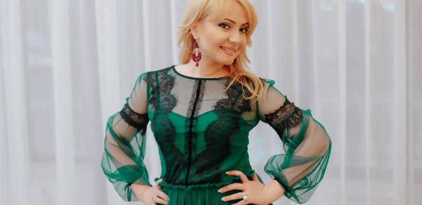 """Adriana Ochișanu, despre stil, gust și rafinament: """"Dragostea pentru haine am preluat-o de la mama"""""""