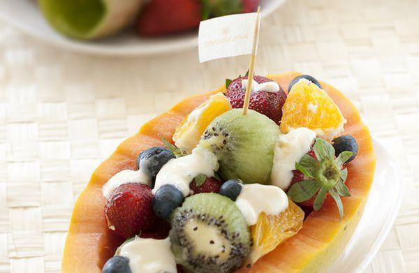 Salata-de-fructe-in-pepene-galben