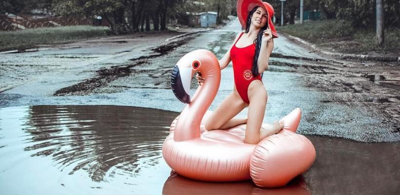 O stilistă din Rusia a atras atenția internauților cu o ședință foto în băltoacă. Iată cu ce scop