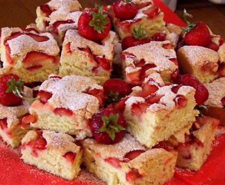 Gătim din Pomușoarele Moldovei! Cea mai simplă rețetă de prăjitură cu căpșuni