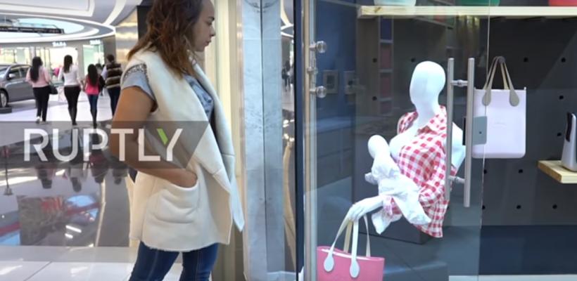 Un centru comercial din Columbia a pus în vitrinele magazinelor manechine care alăptează la sân