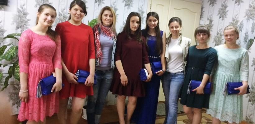Fetele de la gimnaziul-internat din Strășeni vor avea rochițe pentru evenimentul de absolvire. Cine le-a readus zâmbetul (FOTO)