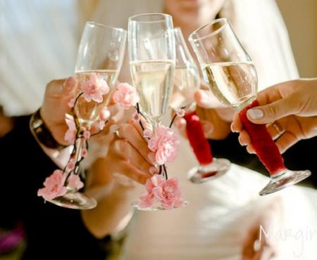 Ce semnifică paharele mirilor și cine se ocupă de acest detaliu la o nuntă?!