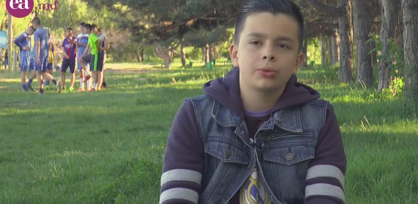 Are doar 12 ani, dar comentează meciurile de fotbal ca un profesionist. Trebuie să îl auzi vorbind pe Damian Marin!
