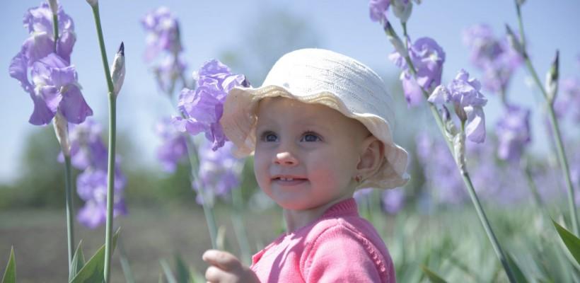 """Diana Ballerini: """"Am lăsat mereu foarfecele la îndemâna lor, dar…"""" Despre floarea familiei – Iris și creșterea copiilor"""