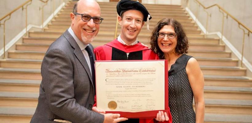 După o pauză de 12 ani, fondatorul rețelei Facebook și-a ridicat în sfârșit diploma de licență