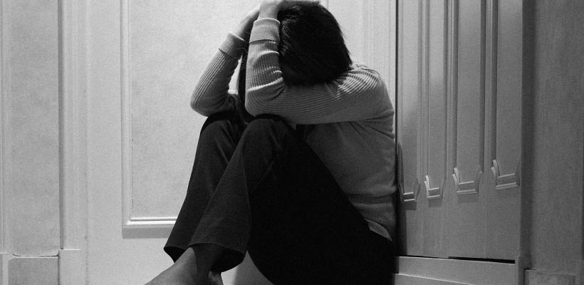 Victimele violenței în familie și femeile agresate vor beneficia de asistență telefonică gratuită