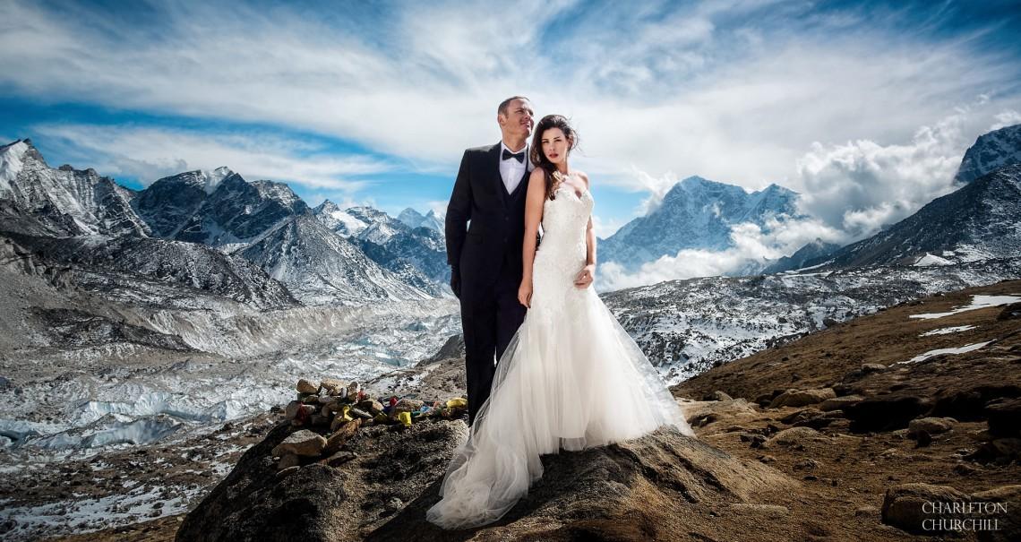 Au escaladat Munții Himalaya pentru a se căsători pe cel mai înalt punct de pe planetă! (FOTO)