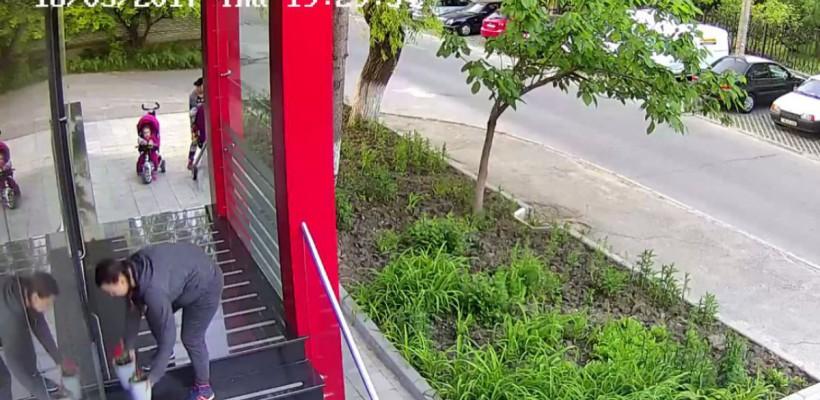 Două mămici din Capitală, surprinse furând ghivece cu flori de pe parapetul unei companii (VIDEO)