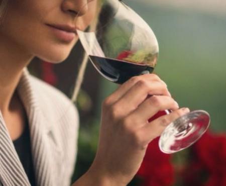 O jumătate de pahar de vin sau o bere mică pe zi crește riscul de cancer mamar