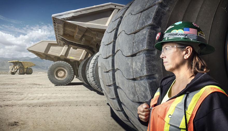 Leeann Johnson, șoferiță de camion la Mina de Aur din Round Mountain, Nevada