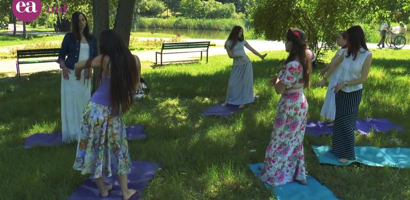 Există două motive serioase pentru care ți-ar face bine dansul și yoga într-o poiană de lângă lacul din parcul Dendrariu