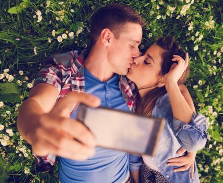 Ești într-o relație? Te felicităm! Acum vezi ce postări pe Facebook despre relația ta sunt nepotrivite