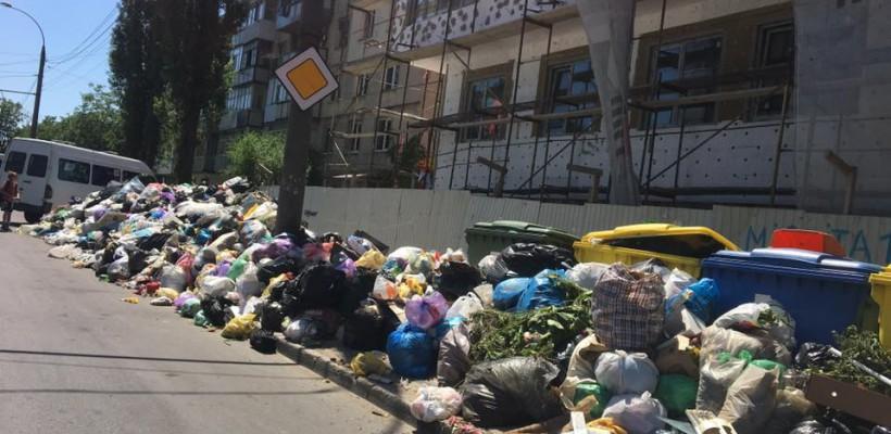 Poza zilei: 15 metri de gunoi, pe o stradă din Chișinău