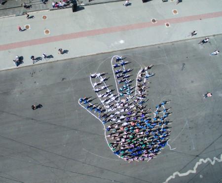 """Elevii din învățământul profesional tehnic au dansat și au creat """"o mână a profesiilor"""" în centrul capitalei (Foto)"""