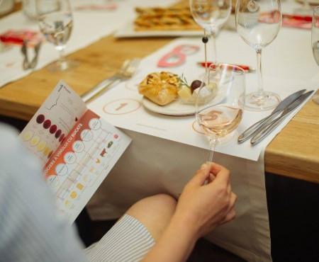 """Gust de caise coapte și mireasma florilor de iunie în 5 vinuri degustate în cadrul serilor """"Wine Friendly"""""""