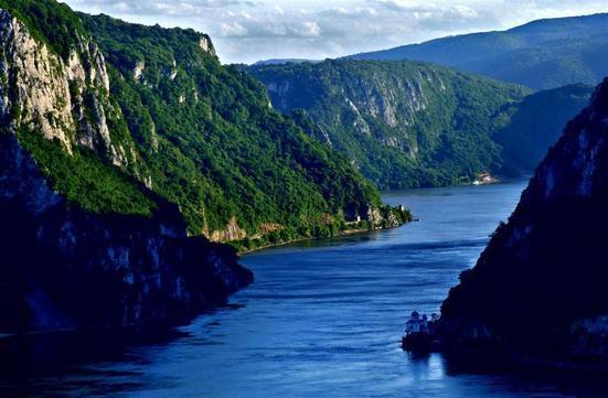 """Singurul loc din România în care muntele """"întâlneşte marea"""" (Foto)"""
