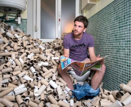 Timp de 4 ani nu a aruncat gunoiul reciclabil din casă și a adunat 70 metri cubi de deșeuri. Află motivul din spatele ideii!