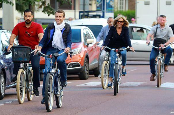 Președintele Franței și Prima Doamnă au fost suprinși la o plimbare pe biciclete! Trecătorii le-au împărțit zâmbete