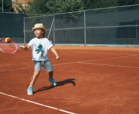 Copiii nu au nevoie numai de matematică pentru a deveni oameni de succes. Revedem beneficiile tenisului de câmp la Academia de Tenis!