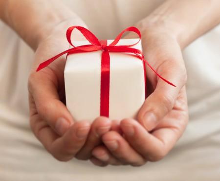 """Cadourile scumpe primite de copii și tineri de la necunoscuți pot duce la exploatarea sexuală. Fenomenul """"sponsoring"""", tot mai prezent în Moldova"""