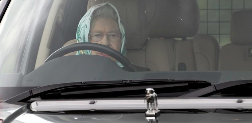 Ce nuanță și preț are oja folosită de Regina Marii Britanii deja de 28 de ani