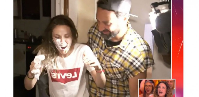 O fată a primit o tartă cu cremă în față sub acompaniamentul lui Epic Sax Guy (Video)