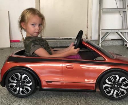 La doar 6 anișori face drifturi cu mașinuțele ei ca o mare campioană! Trebuie să vezi asta
