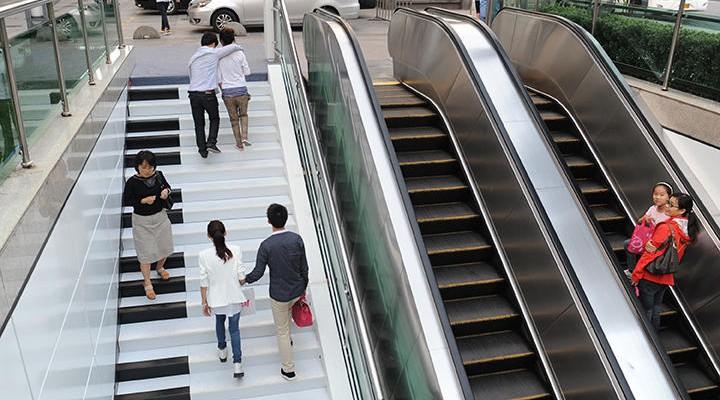 Clape de pian chiar pe scările unei stații. Vei mai alege escalatorul?! (Video)