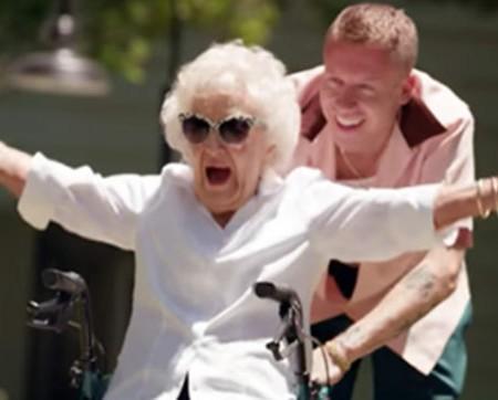 Pentru bunica de 100 de ani, rapperul Macklemore a organizat o zi pe care nu o va uita niciodată!