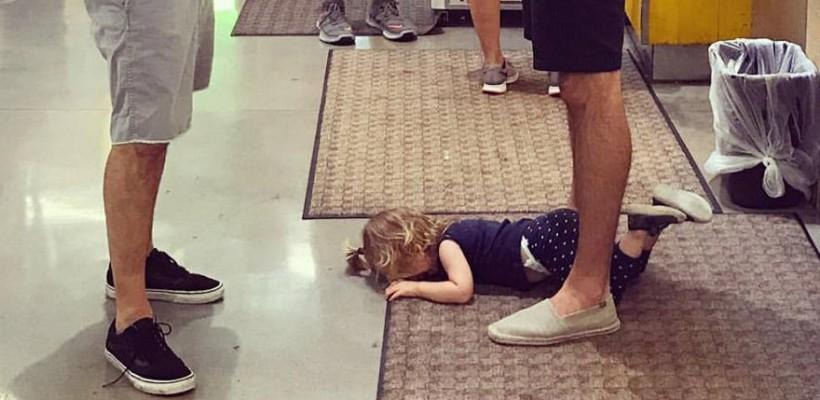 Fetița a făcut o criză de isterie în magazin, s-a aruncat pe podea și a început să plângă. Reacția tatălui a devenit virală