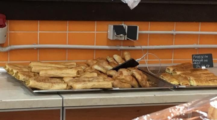 Poza zilei: un telefon mobil lăsat între plăcintele scoase la vânzare, într-un magazin din Chișinău