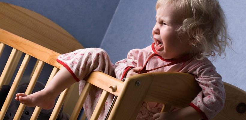 Te-a trezit copilul din somn cu plâns și panică? Vezi care e diferența dintre terorile nocturne și coșmaruri, apoi planul de acțiune al unui părinte