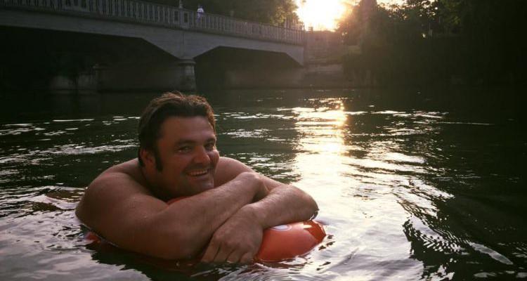 Un bărbat din Germania merge la lucru … înotând