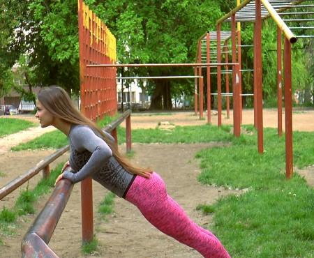 Îți dorești brațe tonifiate și un spate numai bun de lăsat la vedere? Vezi cum antrenezi mușchii, fără echipament special!