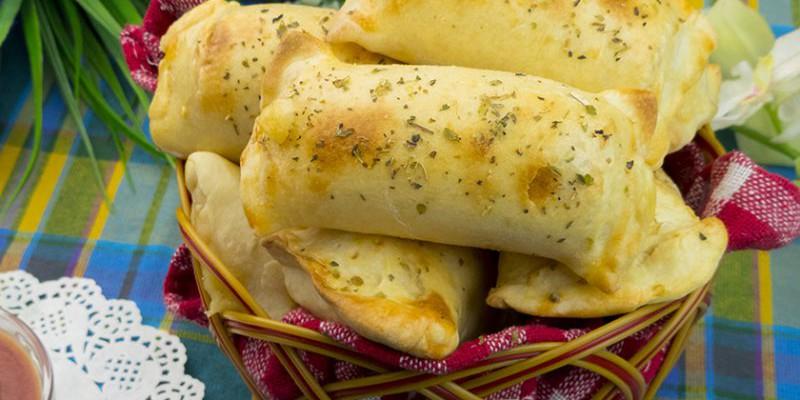 O gustare rapidă și delicioasă – crenvuști învelite în cașcaval și aluat!